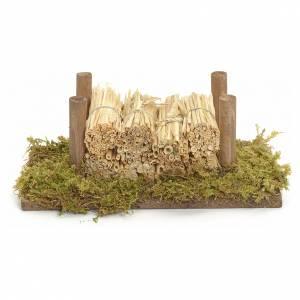 Muschio, licheni, piante, pavimentazioni: Catasta su muschio con paglia