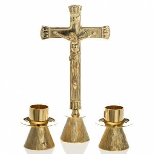 Croix d'autel avec chandeliers: Croix d'autel avec chandeliers laiton