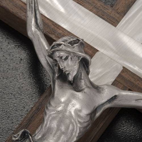 Crucifix in light wood with pearly metal insert s3