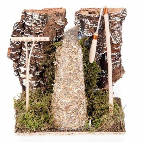 Ambiente presepe fienile con rastrello e attrezzi s1