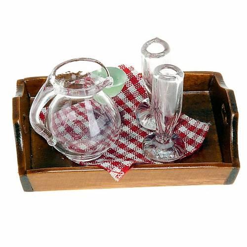 Plateau avec carafe et deux verres d'eau pour crèche s1
