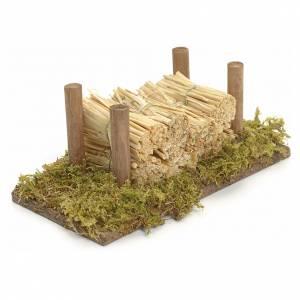 Moos, Stroh und Bäume für Krippe: Holzstapel auf Moos mit Stroh