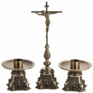 Cruces de altar con candeleros: Cruz de mesa y candelabros bronce fundido oxidado