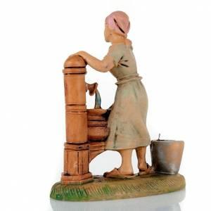 Krippenfiguren: Frau bei Brunnen 8cm
