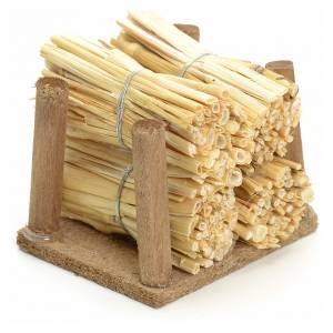 Moos, Stroh und Bäume für Krippe: Holzstapel mit Stroh für Selber-Bauen-Krippe