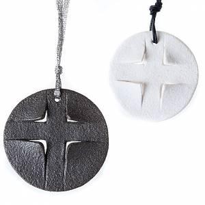 Ceramic cross pendants: Pendant in porcelain gres, round
