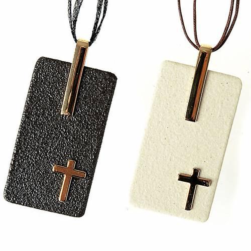 Pendentif en grés cérame avec croix s1