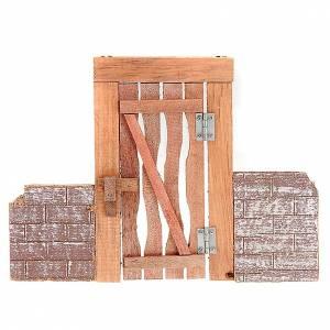 Barandillas, puertas, balcones: Puerta de madera con jambas, bisagra y muro para belén