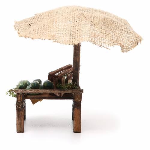 Puesto de mercado para belén con sombrilla y sandías 16x10x12 cm s4
