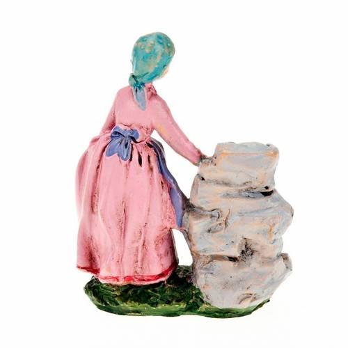Femme avec seaux à la fontaine 10 cm s2