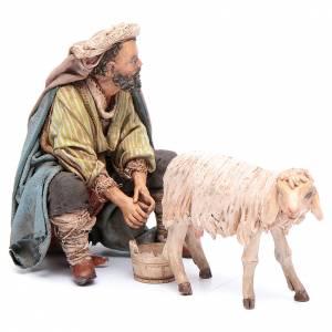Berger qui trait un mouton 13 cm Angela Tripi s1