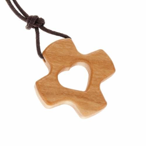 Cruz perforada corazón de madera de olivo s1