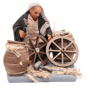 Man fixing wheels 10cm neapolitan Nativity s1