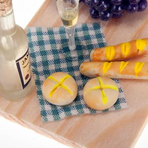 Plateau en bois avec vin et pain et raisin s2