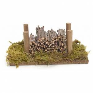 Moos, Stroh und Bäume für Krippe: Stapel auf Moos mit Holzbündeln