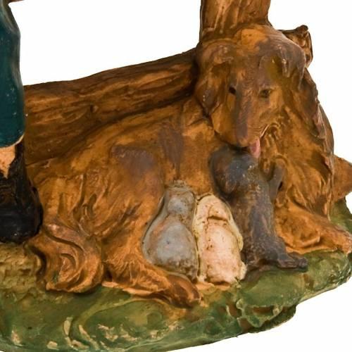 Ragazzo su staccionata con cane e cuccioli 13 cm s2