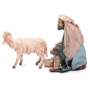 Berger qui trait un mouton 13 cm Angela Tripi s3