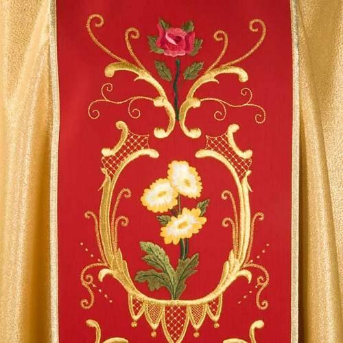 Casulla sacerdotal dorada con estolón rojo IHS rosas y flores s3