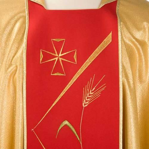 Casulla sacerdotal dorada con estolón rojo y decoraciones 3
