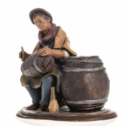 Man fixing casks, 18cm terracotta s2