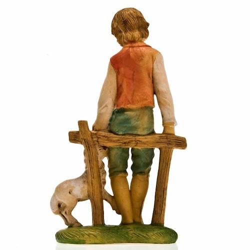 Ragazzo su staccionata con agnello 18 cm s2