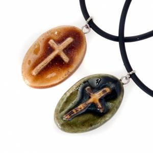 Sonstige Anhänger: Schmusck-Anhaenger Keramik oval mit Kreuz
