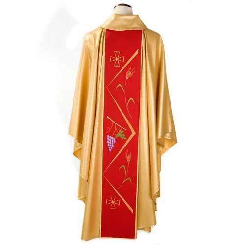 Casulla sacerdotal dorada con estolón rojo y decoraciones 2