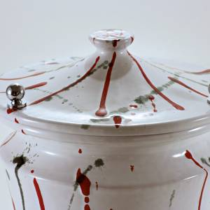 Cinerary urn in ceramic with pommels, brass, white with stains s3