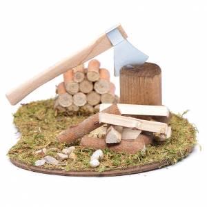Casas, ambientaciones y tiendas: Hacha y troncos para cortar accesorio para belén