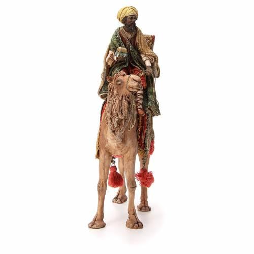 Rey Mago moreno con cofre sobre camello 18 cm Angela Tripi s4