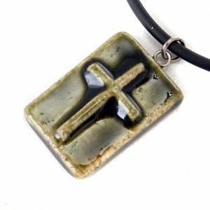 Colgantes Varios: Colgante cerámica cuadrado con cruz