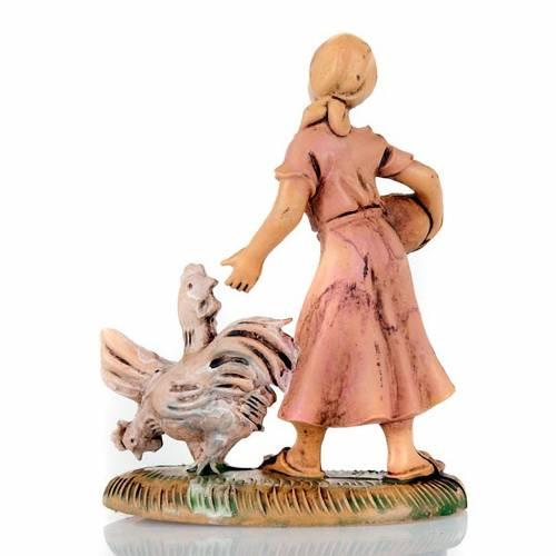 Femme avec poulet et panier 8 cm s2
