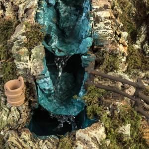 Grotta presepe con cascata, fuoco, case, luci s2