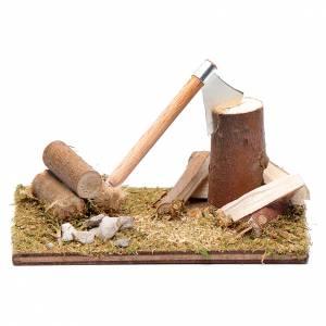 Maisons, milieux, ateliers, puits: Hache avec bois sur base accessoire pour crèche 5,5x8x5 cm