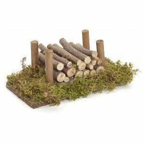 Moos, Stroh und Bäume für Krippe: Holzstapel auf Moos