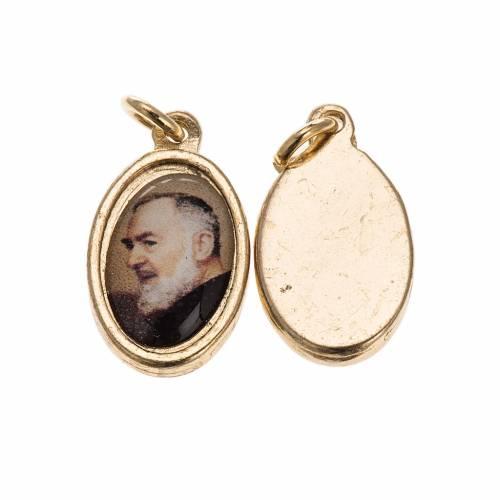 Medalla Padre Pío de Pieltrecina metal dorado con resina s1