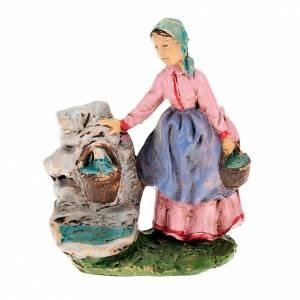 Femme avec seaux à la fontaine 10 cm s1
