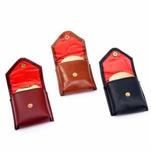 Hostiendosen und Hostienbehälter: Versehpatenenetui in bordeauxfarbenem Leder mit Patene