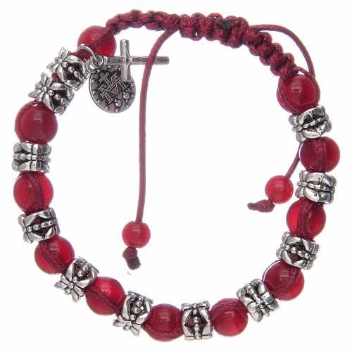 Bracelet avec grains en verre 8 mm sur corde rouge s2