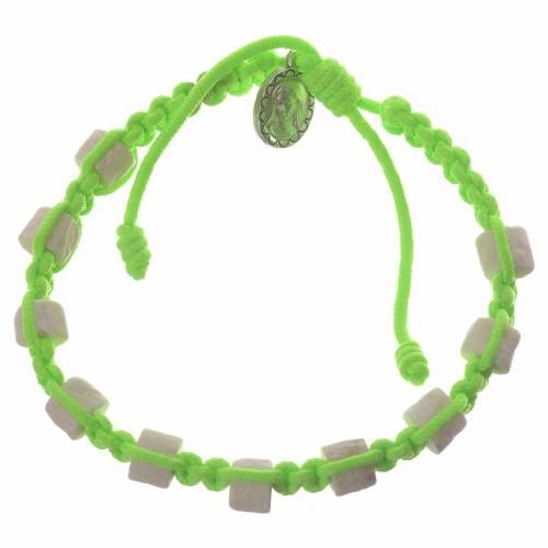 Bracelet Medjugorje cordon vert grains en pierre s1