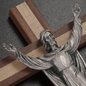 Crucifijos y cruces de madera: Cristo resucitado sobre una cruz de madera caoba y pino