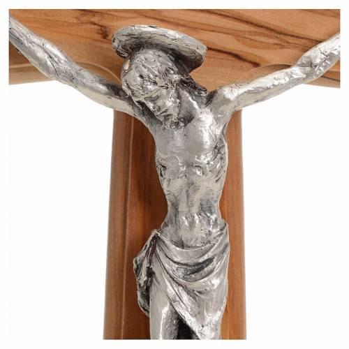 Crucifix corps argenté, sur croix en bois d'olivier s3