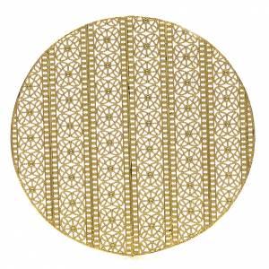 Aros y Coronas: Aureola de latón en filigrana dorada y bordados.