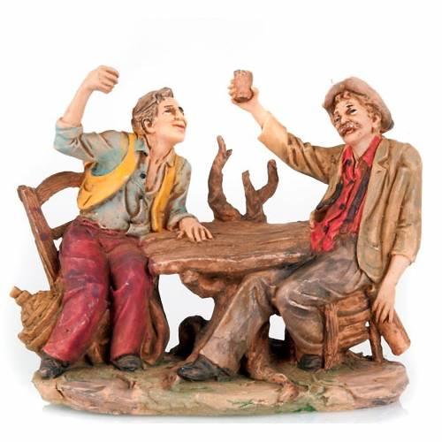 Bebedores a la mesa con vaso levantado 10 cm s4