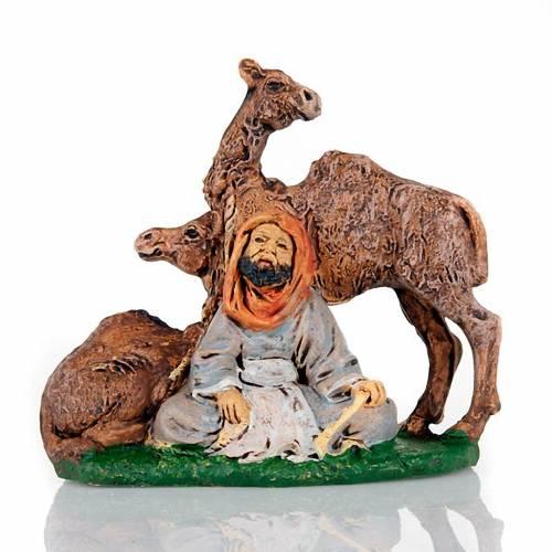 Berger assis avec deux chameaux 10 cm s1