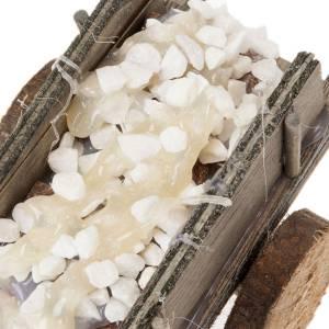 Carrito de madera con piedras para pesebre s3