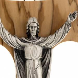 Tau de muro: Cristo Resucitado plateado sobre tau olivo