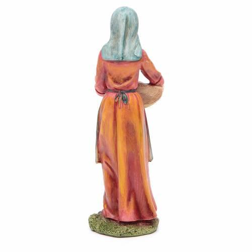 Femme avec panier 21 cm crèche résine s2