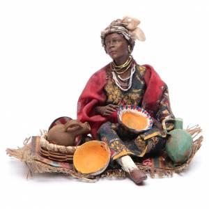 Pesebre Angela Tripi: Mujer negra con objetos de cerámica 18 cm Angela Tripi