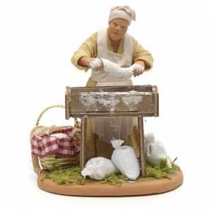 Femme qui pétrit le pain 14 cm s1